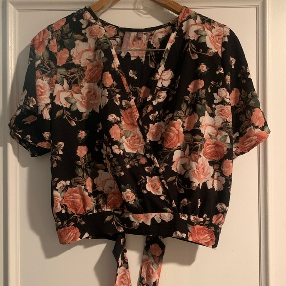 🇨🇦 Made in Canada! Adorable Floral Wrap Top
